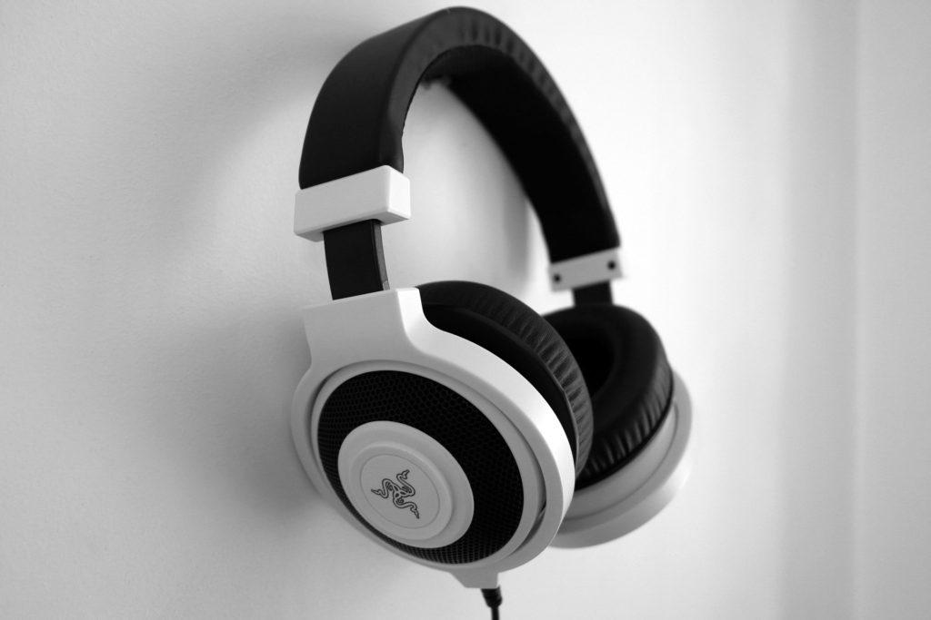 headphones-1377194_1920
