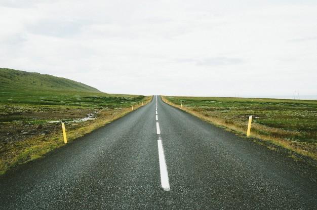 lineas-discontinuas-en-la-carretera_431-19315549