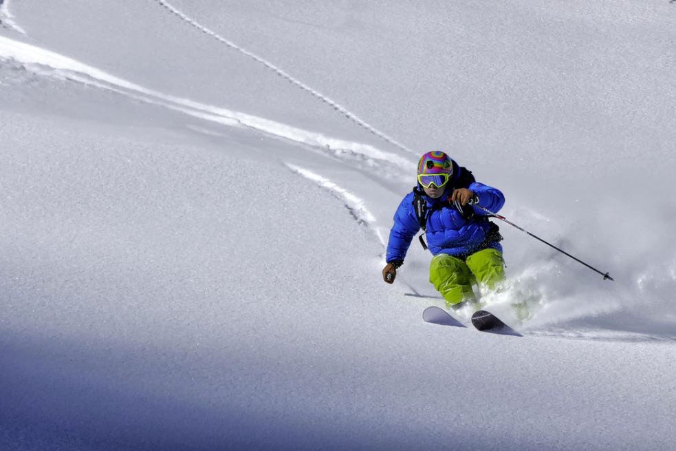 nieve escapada con amigos esquiando