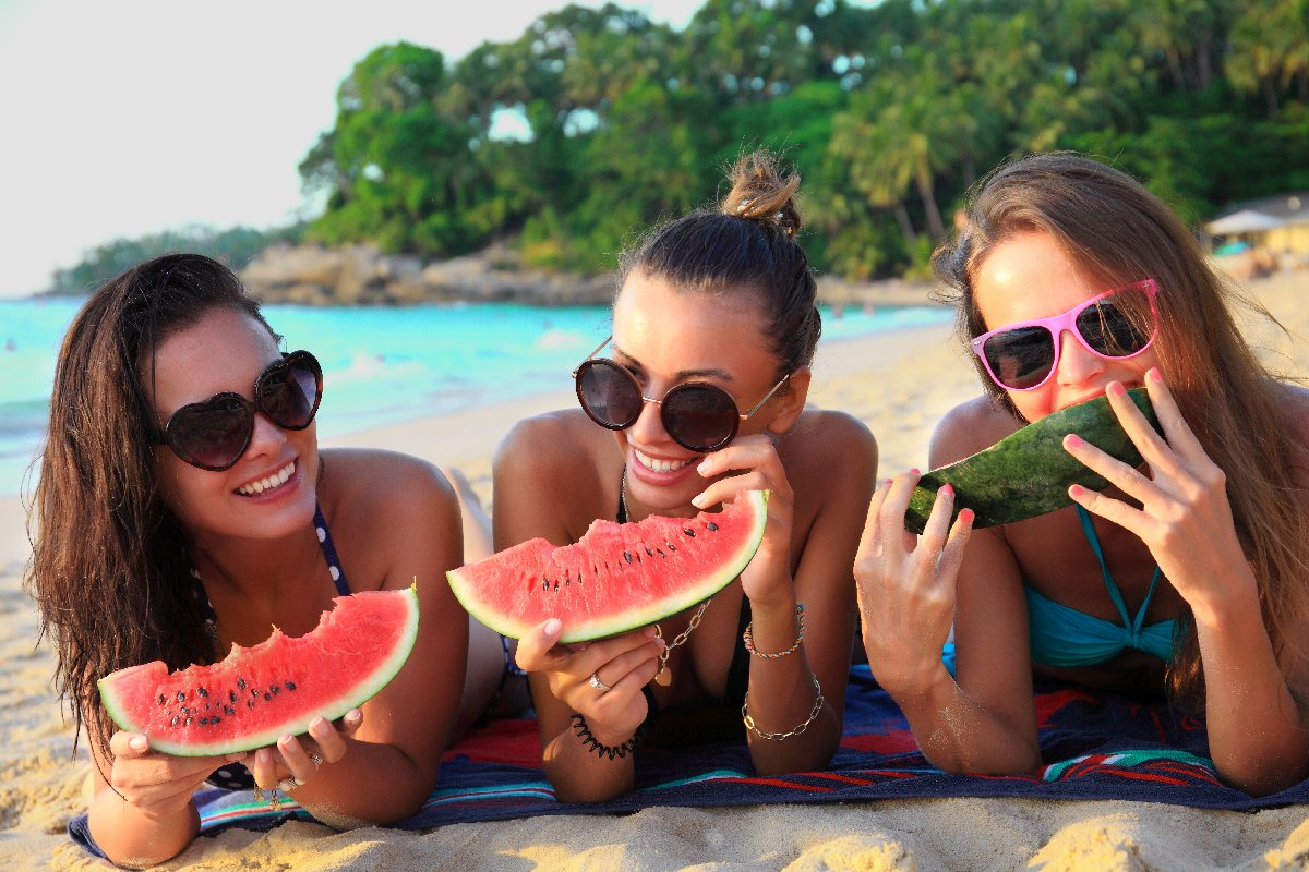 sandia amigos comer playa comida tupper fruta viaje alsa